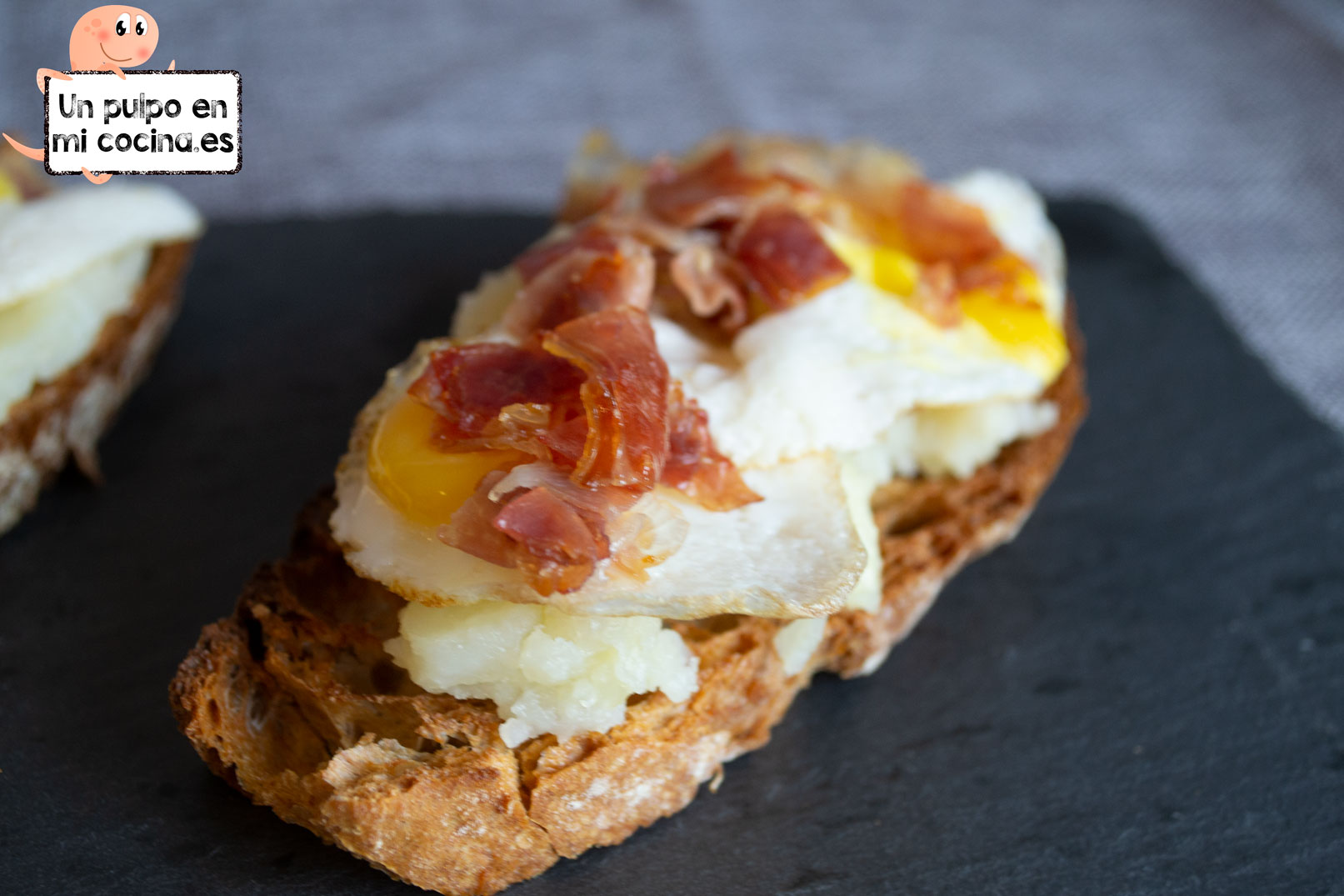 Tostas de huevos rotos y jamón