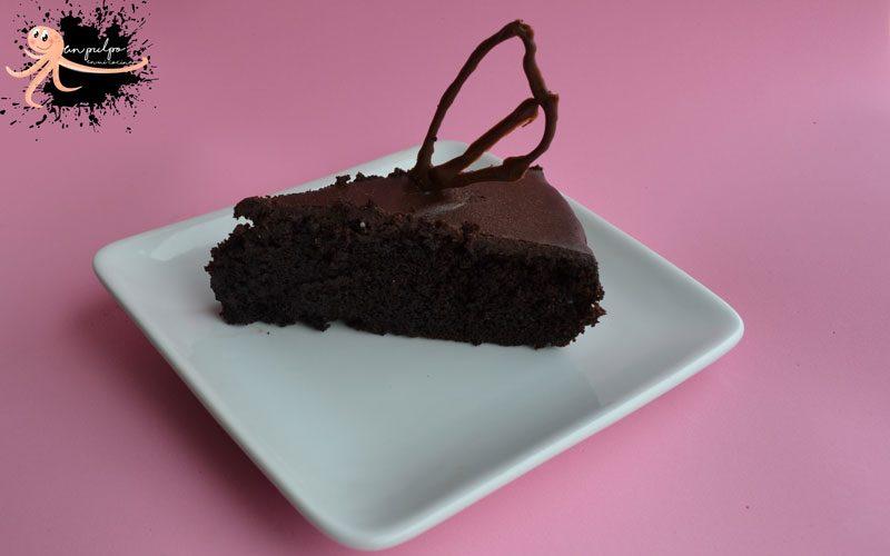 bizcocho de chocolate húmedo