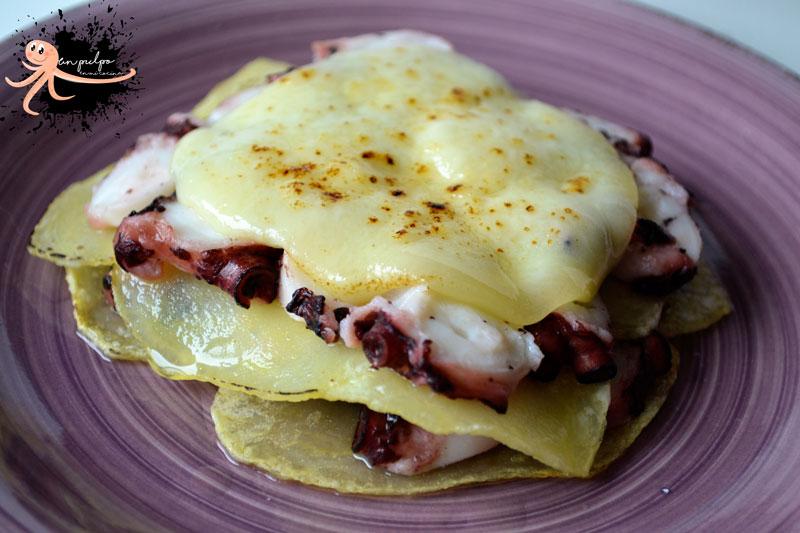 Lasaña de pulpo, con base de patatas y queso ahumado