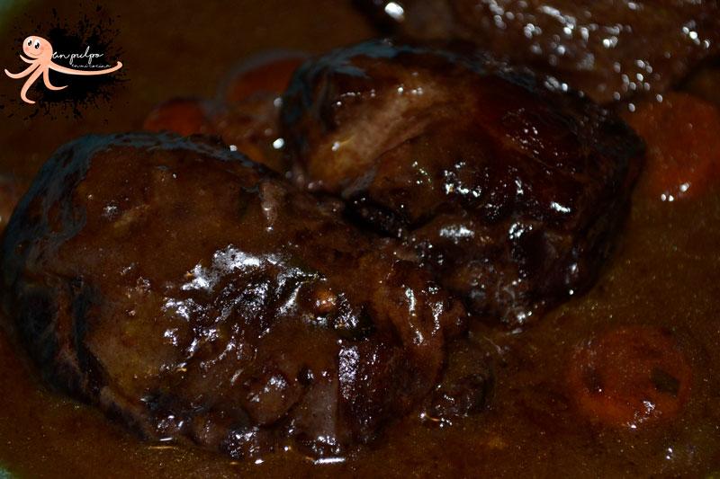 Carrilleras de cerdo al vino tinto muy melosas y sabrosas.