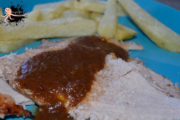 Jamón asado al horno con salsa de vino tinto, una carne deliciosa